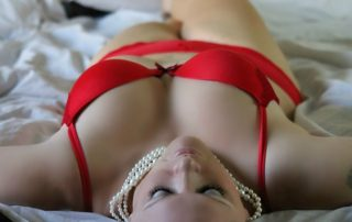 seduction-girl-on-bed-254708_640